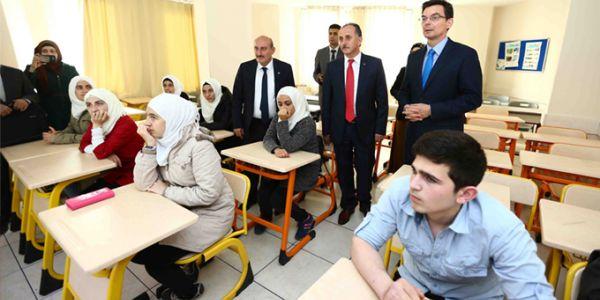 Avustralya Büyükelçisi James Larsen,Bağcılar'daki Suriye okulunu ziyarat etti
