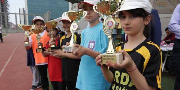 Başarılı Öğrencilerin Madalya Sevinci
