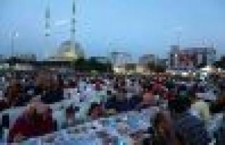 Bağcılar ailesi 7 bin kişilik iftar sofrasında...
