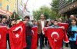 Bağcılar'da esnafa 10 bin Türk bayrağı dağıtıldı